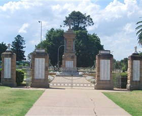 Warwick War Memorial and Gates - Accommodation Batemans Bay