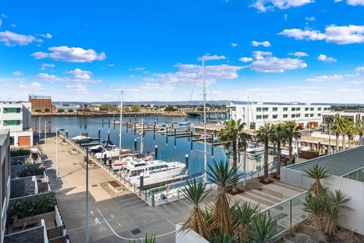Port Adelaide Executive Waterfront Apartment - Accommodation Batemans Bay