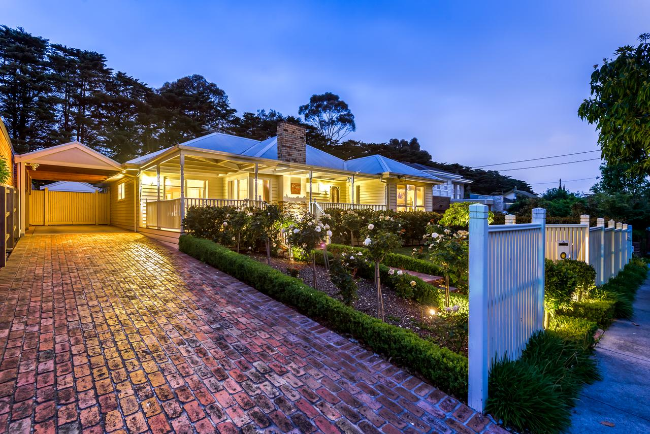 Lovely 5BR full house in Glen Waverley walk to train bus  shops - Accommodation Batemans Bay